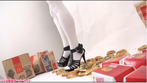 肉を靴で蹴る