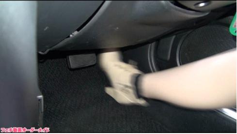 裸足で車のアクセルをベタ踏み