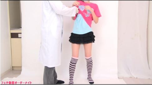 服を脱がされる女の子