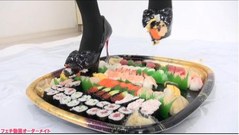 お寿司を靴で踏み潰すAV