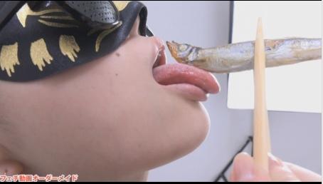 女性が食事をしている動画