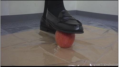 果物を靴で踏み潰す