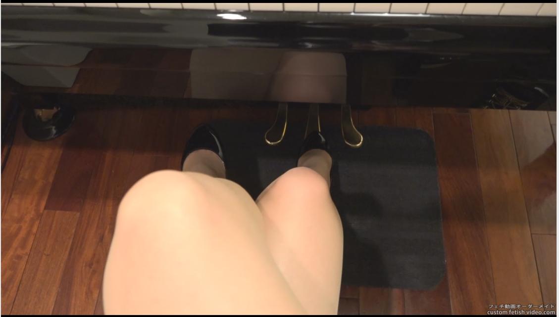 ピアノのペダルをハイヒールで踏む