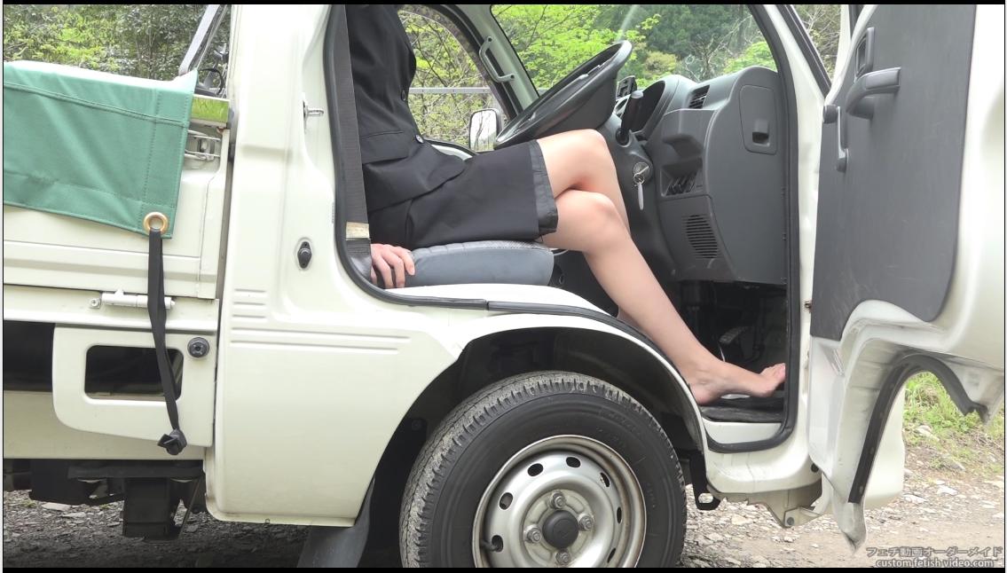 軽トラックでアクセルを踏む女性