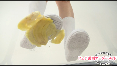 運動靴で食品クラッシュ