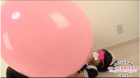 大きな風船に怖がる少女