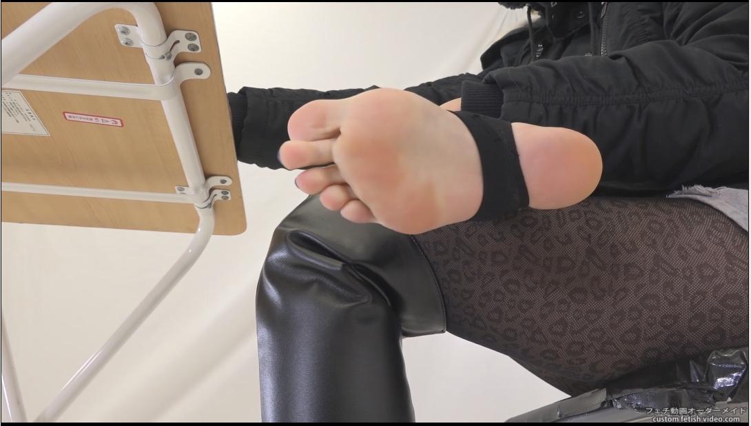 ブーツを脱いだ女性の足の裏