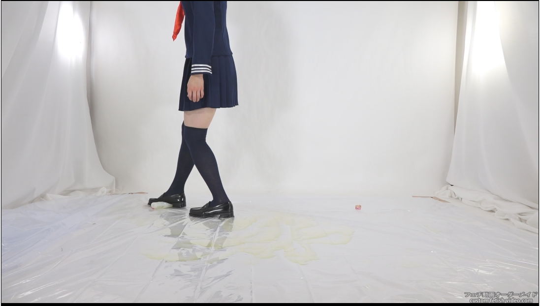 制服での踏み壊し動画