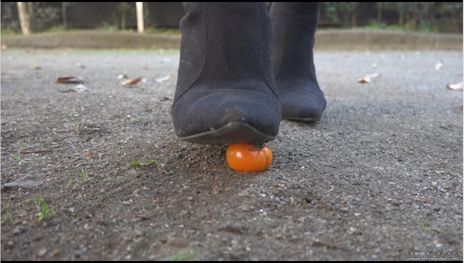 ロングブーツの靴で踏み潰す