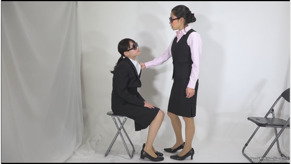 女性の胸の襟をつかむ動画