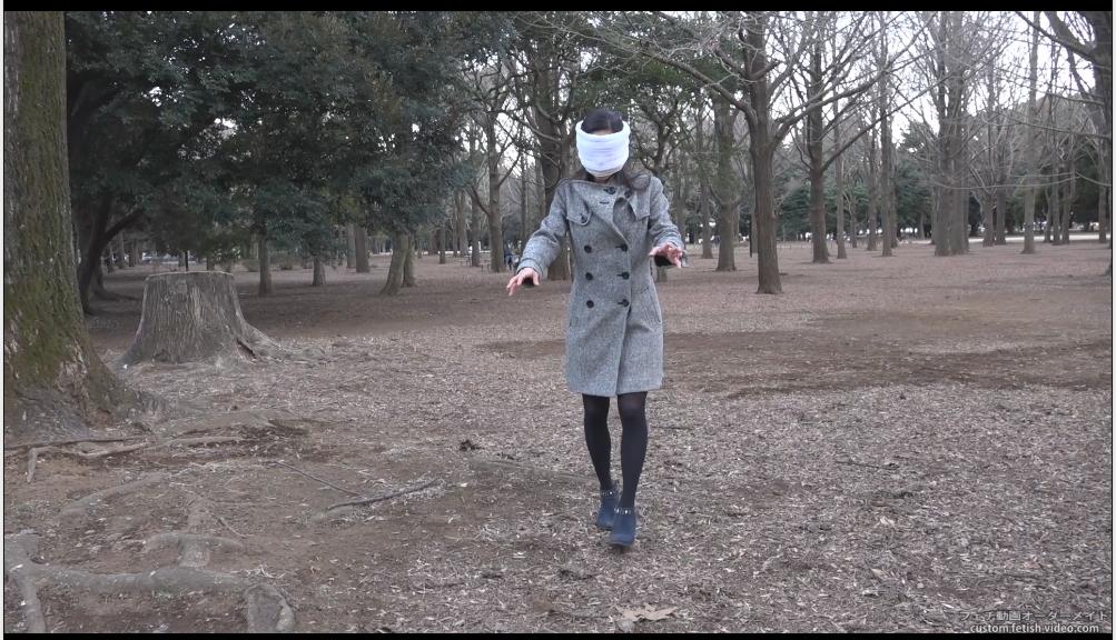 目が見えない状態で歩行するAV