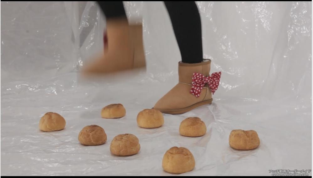 可愛い靴で食べ物を踏む女の子