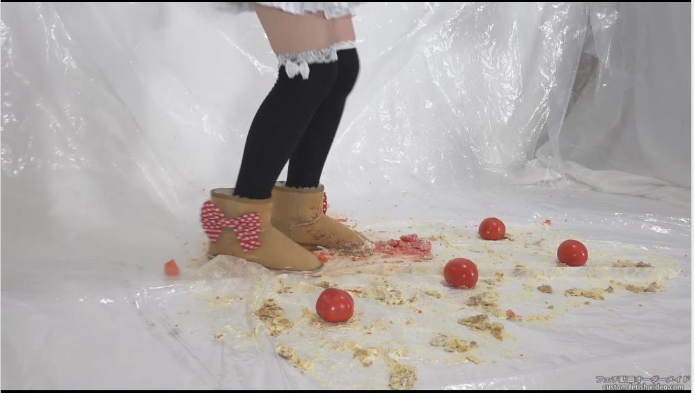 脚でトマトを踏みつける女性