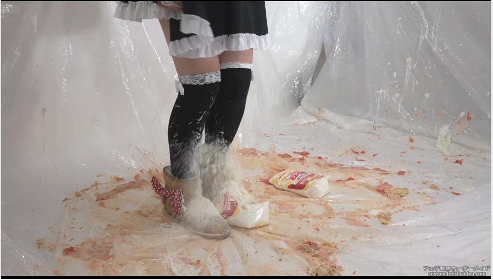小麦粉を踏んでニーハイが汚れるシーン
