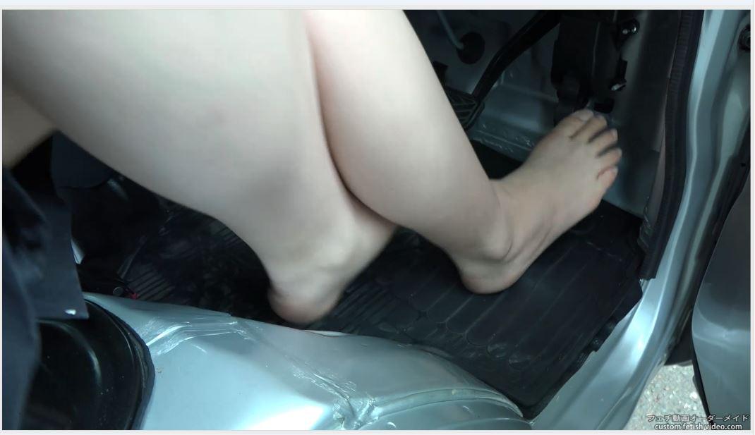 車のアクセルを踏む裸足の女性