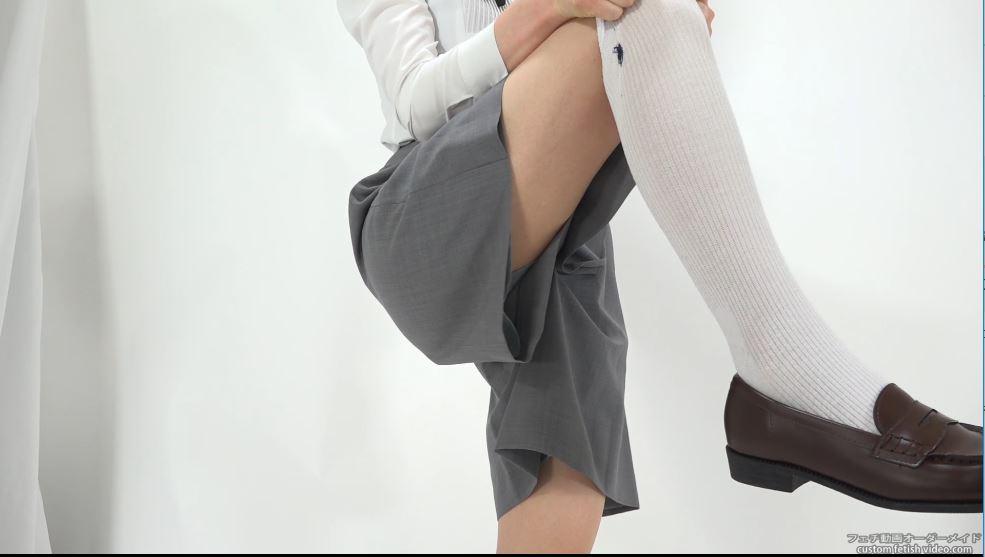 脚を上げてズボンの隙間から太ももがチラッと見える