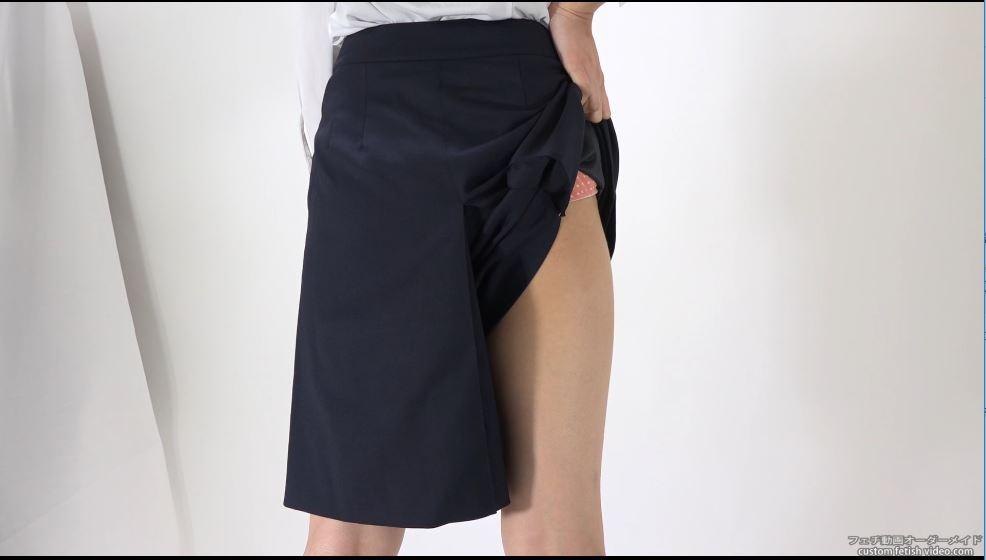 スカートを持ち上げてパンティーを見せる