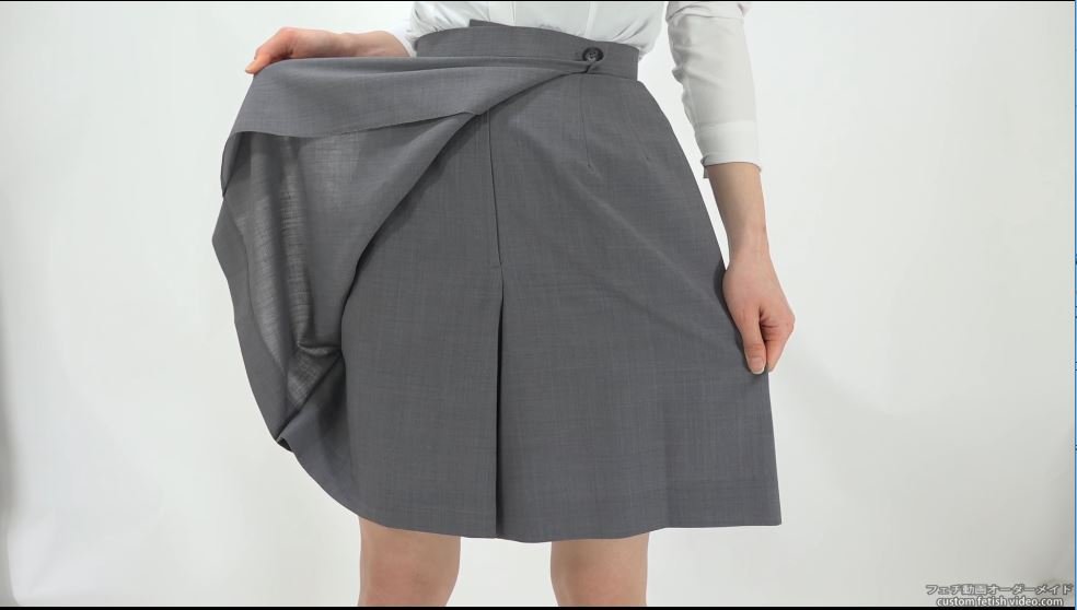 スカートをめくって見せる女性