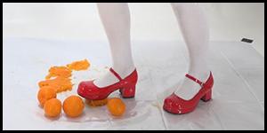 脚で食品を踏む