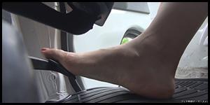 自動車のアクセルを裸足で踏む