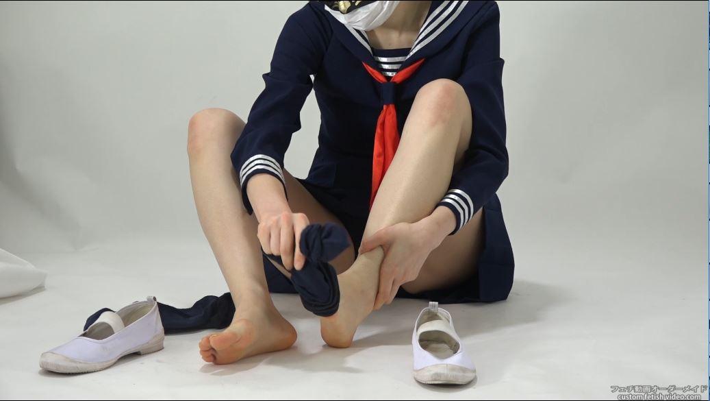 靴下を脱いで裸足になる