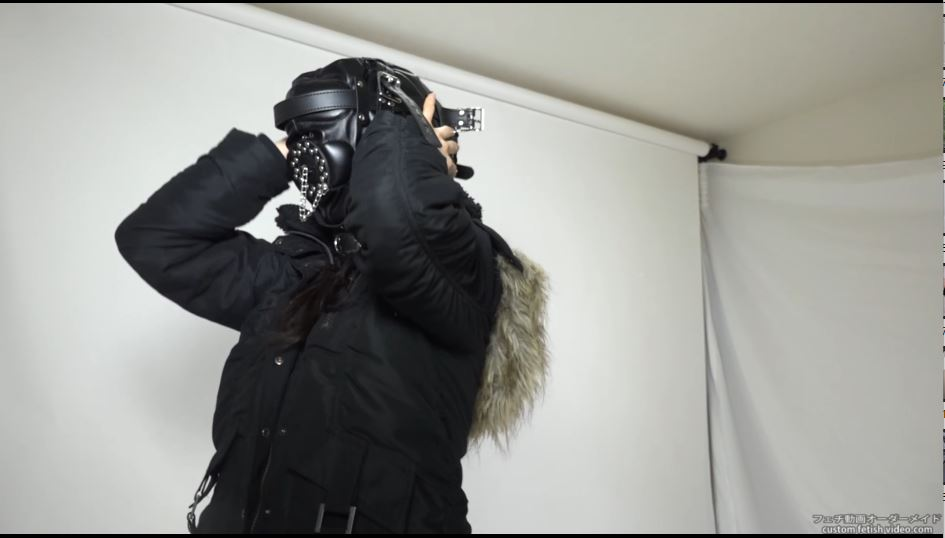 マスクで視界が見えずパニックになる女性